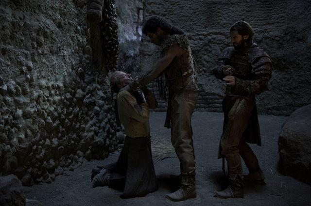 © HBO - Iain Glen as Jorah,  Chuku Modu as Akho, Michiel Huisman as Daario Naharis