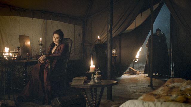 © HBO - Carice van Houten as Melisandre, Kit Harington as Jon Snow