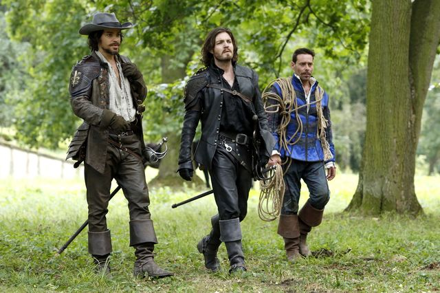 © BBC/Dusan Martincek - Aramis (SANTIAGO CABRERA), Athos (TOM BURKE), Emile Bonnaire (JAMES CALLIS)