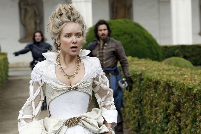 © BBC/Dusan Martincek - Athos (TOM BURKE), Queen Anne (ALEXANDRA DOWLING), Aramis (SANTIAGO CABRERA)