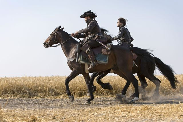 © BBC/Dusan Martincek - Porthos (HOWARD CHARLES), D'Artagnan (LUKE PASQUALINO)