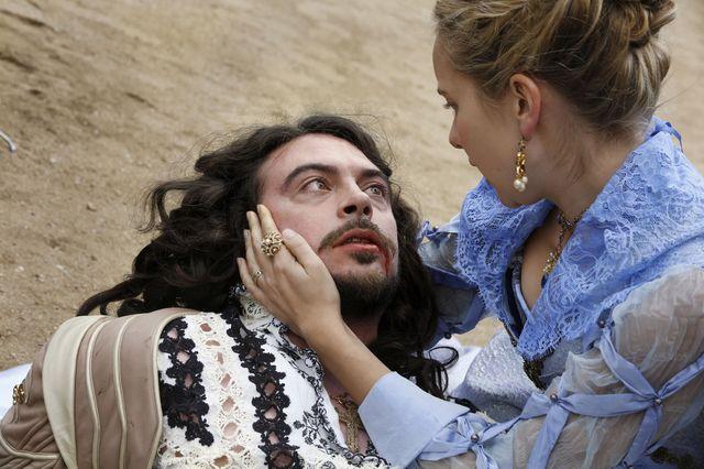 © BBC/Dusan Martincek - King Louis (RYAN GAGE), Queen Anne (ALEXANDRA DOWLING)