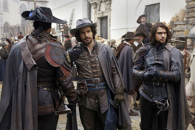 © BBC/Dusan Martincek - Aramis (SANTIAGO CABRERA), D'Artagnan (LUKE PASQUALINO)