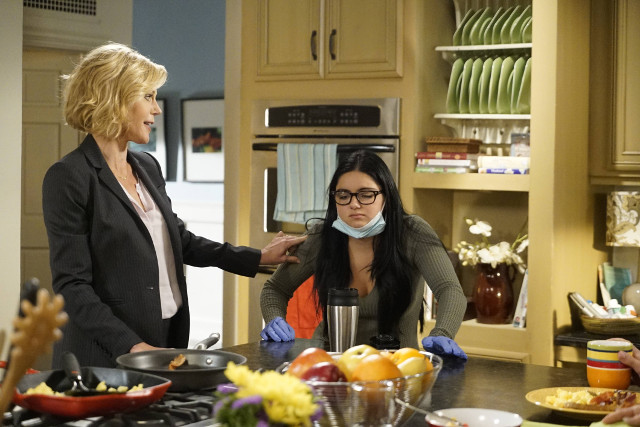 """(L-R): Claire (Julie Bowen) and Alex (Ariel Winter) in """"A Stereotypical Day."""""""