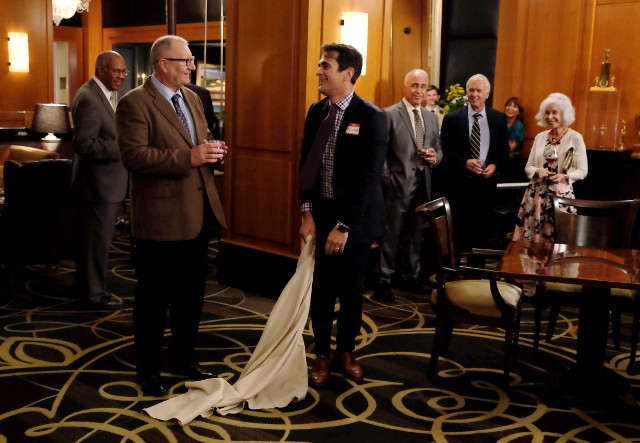 """(L-R): Jay (Ed O'Neill) and Phil (Ty Burrell) in """"Grab It!"""""""