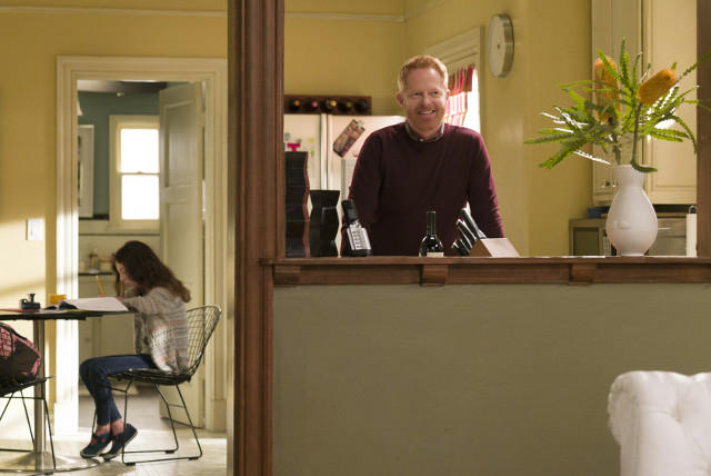 (L-R): Lily (Aubrey Anderson-Emmons) and Mitchell (Jesse Tyler Ferguson)
