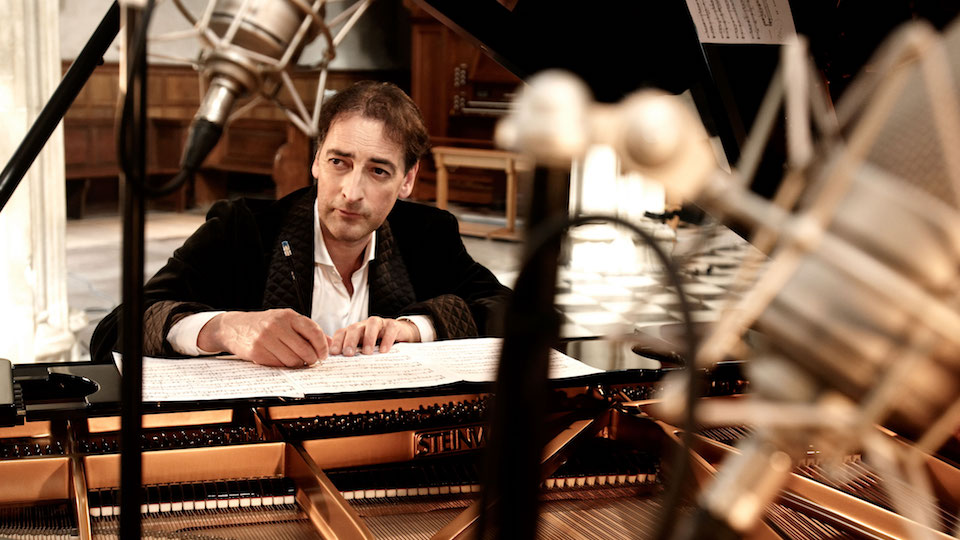 Impressionist Alistair McGowan to tour on piano